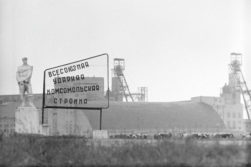 """Ein Schild mit der Losung """"All-Unions Schwerpunktgroßbaustelle"""" erinnert an die Wichtigkeit des Bauvorhabens, Soligorsk 1971 / Foto © U. Iwanow/sputnikimages"""
