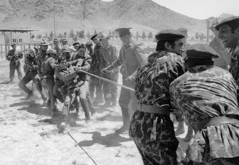Sowjetische und afghanische Soldaten beim Tauziehen, 21.08.1981 / Foto © Waleri Shustow/Sputnik