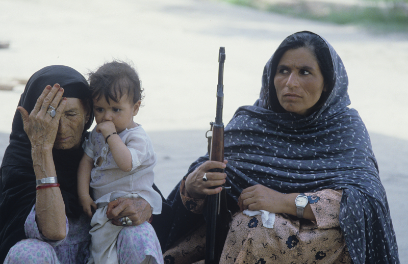 """""""Wenn die Männer sterben, nehmen die Frauen die Waffen zur Hand"""", Jalalabad, 01.08.1988 / Foto © W. Kisseljow/Sputnik"""