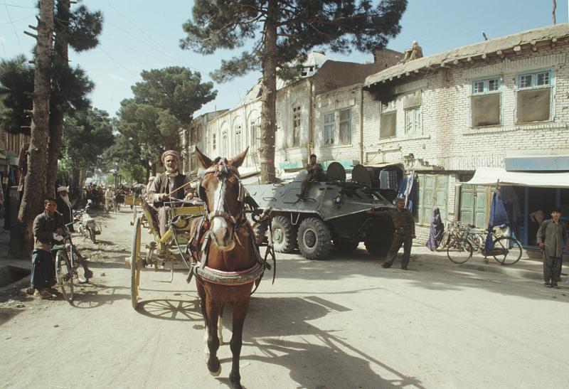 Pferdekutsche neben Panzerfahrzeug, Herat, 15.04.1988 / Foto © W. Kisseljow/Sputnik