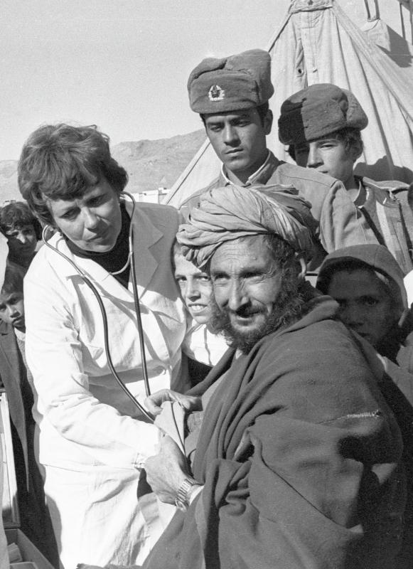 Eine sowjetische Ärztin untersucht afghanische DorfbewohnerInnen, 01.08.1986 / Foto © Jefimow/Sputnik