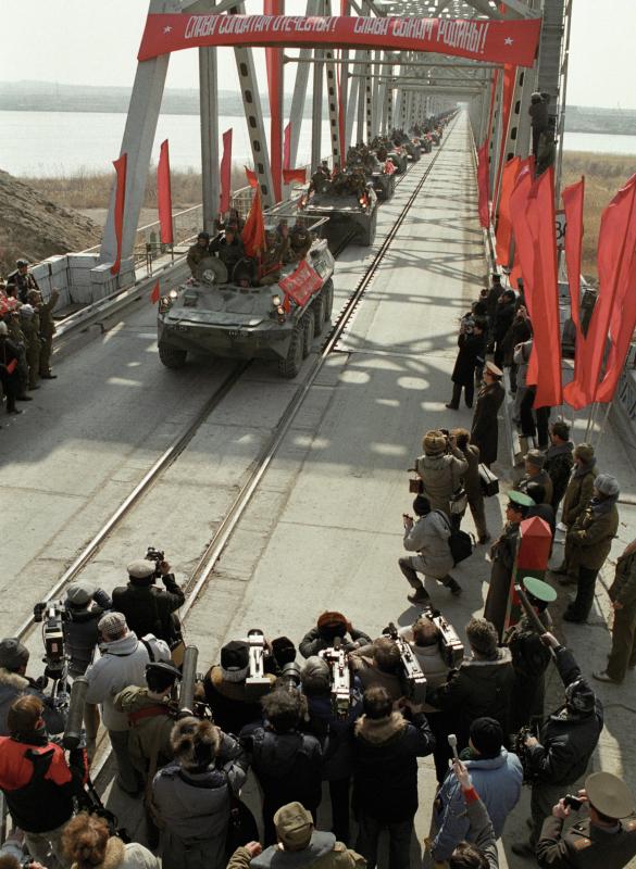 Die letzte Kolonne sowjetischer Truppen überquert die sowjetisch-afghanische Grenze, 15.02.1989 / Foto © Andrej Solomonow/Sputnik