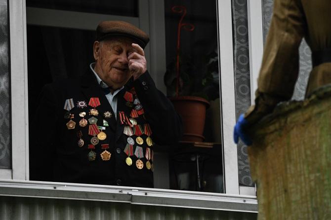 Sozialarbeiter gratulieren Weltkriegsveteran Alexander Primak auf seinem Balkon zum 75. Jahrestag des Sieges über Nazi-Deutschland / Foto ©  Alexandr Kryazhev/Sputnik