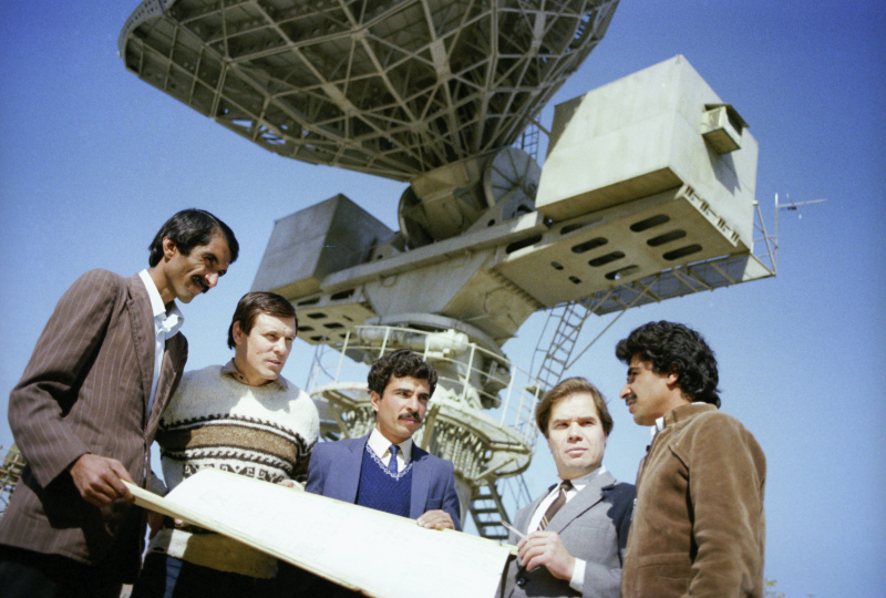 """Sowjetische und afghanische Ingenieure besprechen die Satelliten-Bodenstation """"Orbita"""", 01.08.1986 / Foto © Alexander Graschenkow/Sputnik"""
