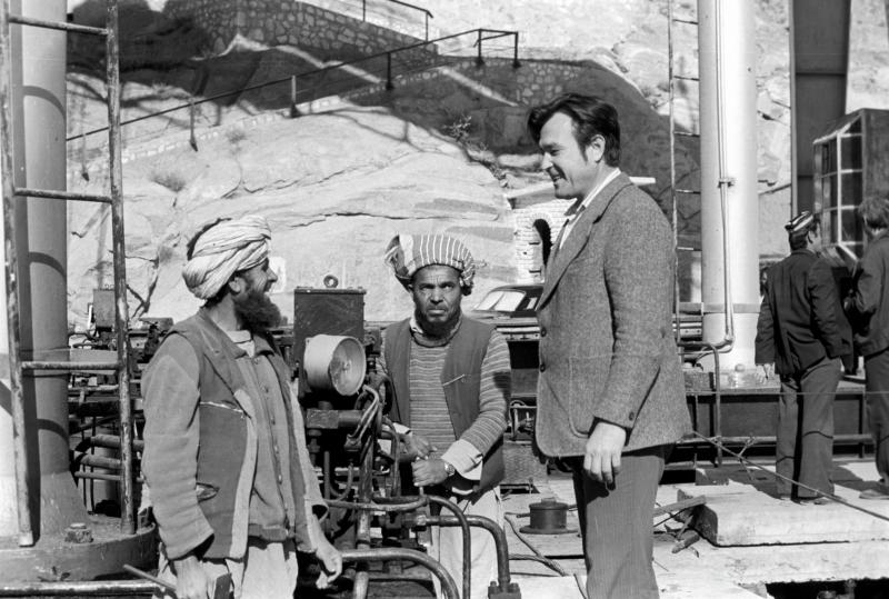 Ein sowjetischer Ingenieur und afghanische Arbeiter vor einer Wasserversorgungsanlage, Jalalabad, 01.06.1982 / Foto © Mironow/Sputnik