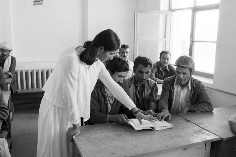 Alphabetisierungskurs für Arbeiter einer Stickstoffdüngeranlage, Mazar-i-Sharif, 01.08.1981 / Foto © Waleri Shustow/Sputnik