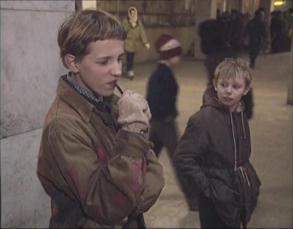 """Straßenkinder in St. Petersburg / Foto © Screenshot aus """"Die Kinder von St. Petersburg""""/ Spiegel TV, 1991"""