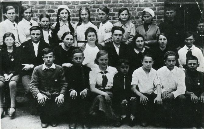 Aldona im Kinderheim (vordere Reihe, Mitte) / Foto © Memorial