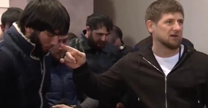 Ramsan Kadyrow führt angebliche Drogensüchtige öffentlich vor / Foto © Screenshot aus Kadyrow w Pjatigorske poimal Narkotorgowzew i Narkomanow/YouTube