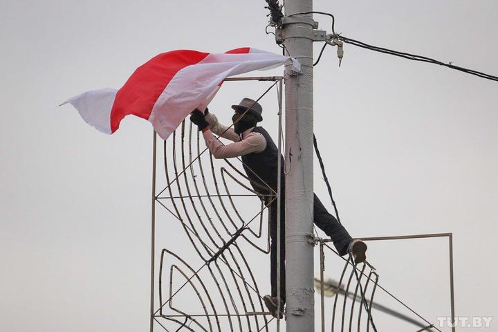 Typisch für das Partisanieren – an ungewöhnlichen Orten weiß-rot-weiße Flaggen aufhängen / Foto © Wadim Samirowski/tut.by