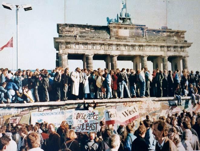 1989 год – восточные и западные немцы на Берлинской стене возле Бранденбургских ворот © Lear21/wikipedia CC BY SA 3.0