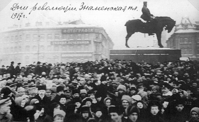 """""""Der Snamenskaja-Platz fungierte wie ein riesiges Sammelbecken"""" – Demonstration auf dem Snamenskaja-Platz im Februar 1917 / Foto © Wikipedia/Desconocido – gemeinfrei"""