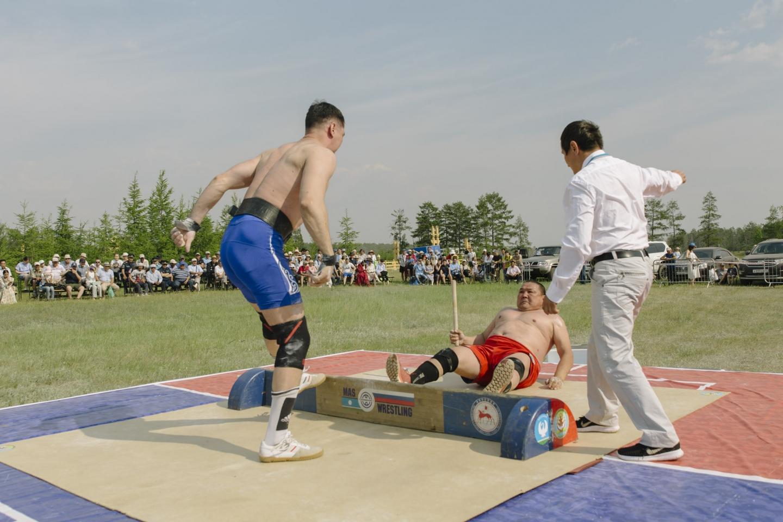 """Während des Ysyachs finden traditionelle Sportwettkämpfe statt - zum Beispiel das """"Stockziehen"""" / Foto © Alexej Wasiljew"""