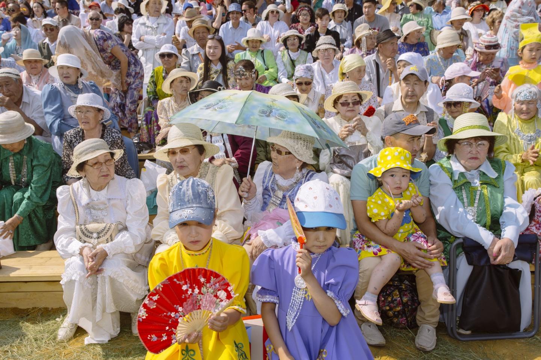 Die Besucher des Ysyach Oloncho warten auf den Beginn des Festes / Foto © Alexej Wassiljew
