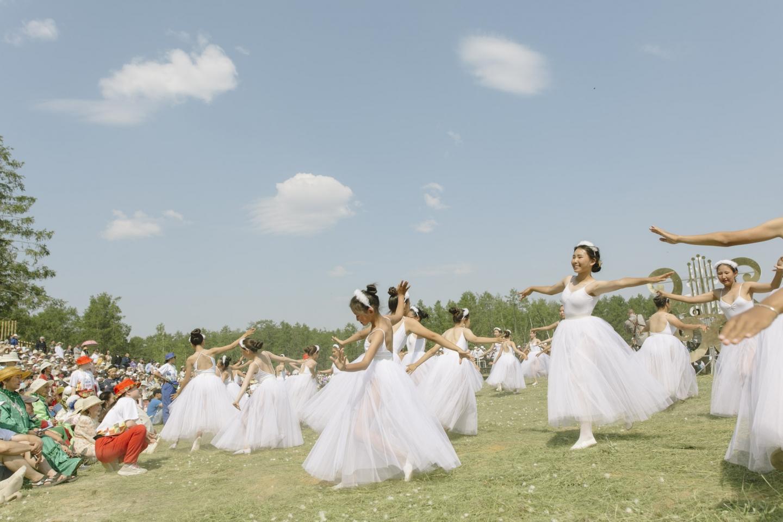 Die Ballerinas auf dem Ysyach stellen Schwäne dar – das Symbol der Namzy / Foto © Alexej Wassiljew