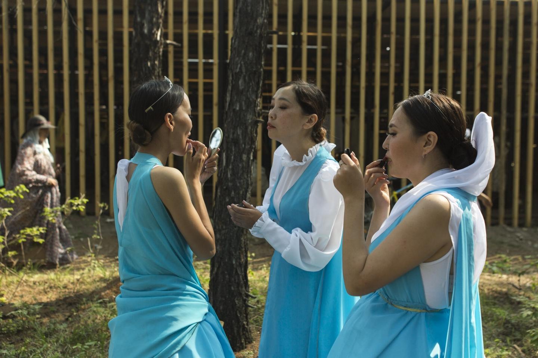 Oloncho ist ein Epos über die Verbindung von Natur und Mensch. Diese Tänzerinnen stellen den Lauf des Flusses Lena dar / Foto © Alexej Wassiljew