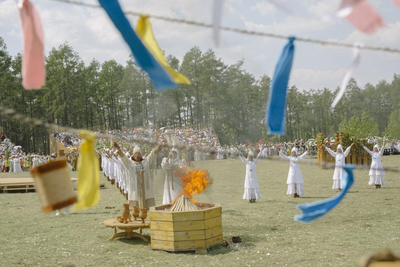 Der Algystschit besprenkelt Feuer und Erde mit Kumis [vergorene Stutenmilch], das hier als das irdische Bild des himmlischen Milchsees gilt / Foto © Alexej Wassiljew