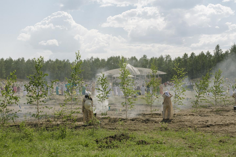 Während die Gäste den Ossuochai tanzen, vollziehen die Algystschiten das Reinigungsritual / Foto © Alexej Wassiljew