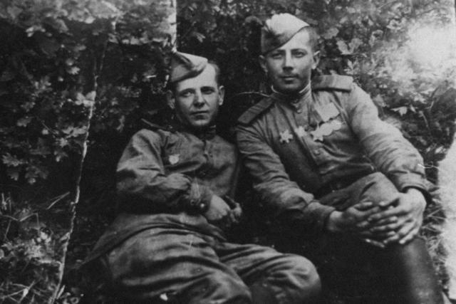 Wladimir Zybulskis Großvater Wladimir (rechts) mit einem Kameraden / Foto © Wladimir Zybulski/meduza